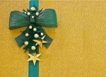 Weihnachtsgrußkarte mit grünem Bogen Stockbilder