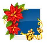 Weihnachtsgrußkarte mit Poinsettiablumen und Goldklingelglocken Stockfotografie