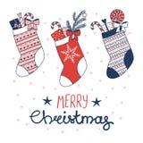 Weihnachtsgrußkarte mit Strumpf und Geschenken vektor abbildung