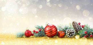 Weihnachtsgrußkarte mit Verzierung lizenzfreie stockfotografie