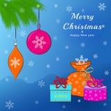 Weihnachtsgrußkarte mit Weihnachtsbällen und -geschenken Lizenzfreie Stockfotos