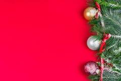 Weihnachtsgrußkarte, roter Hintergrund Stockfotos