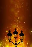 Weihnachtsgrußkarte - weiße Nacht mit Sternen und Straßenlaterne Lizenzfreie Stockbilder