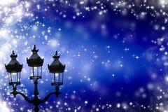 Weihnachtsgrußkarte - weiße Nacht mit Sternen und Straßenlaterne Stockfotos