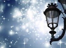 Weihnachtsgrußkarte - weiße Nacht mit Sternen und Straßenlaterne Lizenzfreies Stockfoto