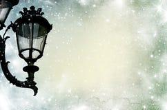 Weihnachtsgrußkarte - weiße Nacht mit Sternen und Straßenlaterne Lizenzfreies Stockbild