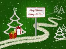 Weihnachtsgrußkartenhintergrund mit Tannenbäumen, Geschenken und Schneefällen auf Grün Stockfoto