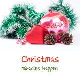 Weihnachtsgrußkartenschablone mit rotem Spielzeugherzen, Tannenbaum-Verzierungsdekoration Weißer Hintergrund Lizenzfreies Stockfoto