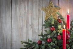 Weihnachtsgrußkarte mit Kerzen Stockfotos