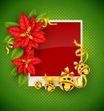 Weihnachtsgrußkarte mit Poinsettiablumen und Goldklingelglocken Stockbild