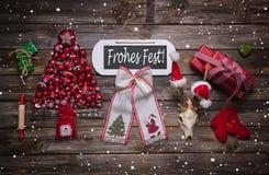Weihnachtsgrußkarte mit rustikaler Dekoration im Rot: Fröhliches Xma Lizenzfreie Stockfotos