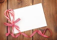 Weihnachtsgrußkarte oder Fotorahmen über Holztisch mit Ca Lizenzfreies Stockfoto