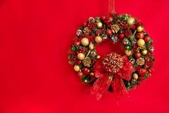 Weihnachtshängender Wreath Stockfotos