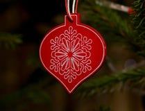 Weihnachtshölzerne Dekoration auf Baum Lizenzfreies Stockbild