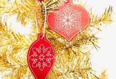 Weihnachtshölzerne Dekoration auf gelbem Baum Stockfotos