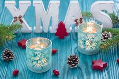 Weihnachtshölzerne Dekoration im Türkis und in der roten Farbe Stockfoto