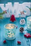 Weihnachtshölzerne Dekoration im Türkis und in der roten Farbe Stockfotos