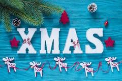 Weihnachtshölzerne Dekoration im Türkis und in der roten Farbe Lizenzfreies Stockbild