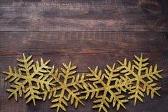 Weihnachtshölzerner Hintergrund mit dekorativen Schneeflocken Stockbild
