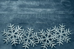 Weihnachtshölzerner Hintergrund mit dekorativen Schneeflocken Lizenzfreies Stockfoto