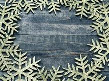 Weihnachtshölzerner Hintergrund mit dekorativen Schneeflocken Ansicht mit Kopienraum Stockfotos