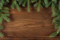 Weihnachtshölzerner Hintergrund mit grünen Kiefernniederlassungen Lizenzfreie Stockbilder