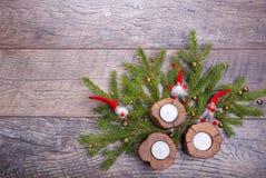 Weihnachtshölzerner Hintergrund mit Kerzen und roten Bällen Weihnachtsgnomdekor mit Sankt-Hut Feiertag bohek Hintergrund Stockfoto