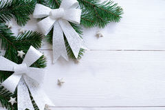 Weihnachtshölzerner Hintergrund mit Tannenzweigen und Bogen Stockbild