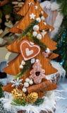 Weihnachtshölzerner Weihnachtsbaum mit Plätzchentag lizenzfreies stockbild