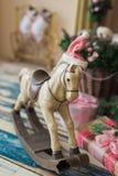 Weihnachtshölzernes Spielzeugpferd Stockbilder