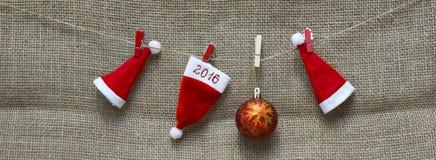 Weihnachtshüte und Hintergrund 2016 des neuen Jahres Lizenzfreie Stockfotos