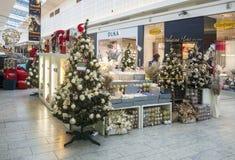 Weihnachtshandelsstation mit Weihnachtsbäumen, Birnen und decoratio Stockfotografie