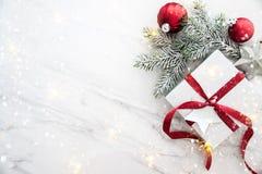 Weihnachtshandgemachte Geschenkboxen auf Draufsicht des weißen Marmorhintergrundes Grußkarte der frohen Weihnachten, Rahmen Winte lizenzfreie stockfotos