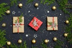 Weihnachtshandgemachte rote Geschenkboxen auf Draufsicht des dunklen Hintergrundes Grußkarte der frohen Weihnachten Glückliches n stockbild