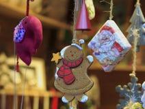Weihnachtshandgemachte Spielwaren, die an einem Seil hängen stockfoto