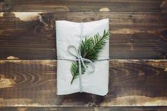 Weihnachtshandwerksgeschenk auf dem hölzernen Hintergrund Lizenzfreie Stockbilder