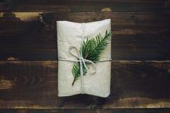 Weihnachtshandwerksgeschenk auf dem hölzernen Hintergrund Lizenzfreies Stockfoto