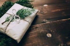 Weihnachtshandwerksgeschenk auf dem hölzernen Hintergrund Stockbild