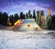 Weihnachtshaus in den Karpaten stockfotografie