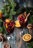 Weihnachtsheißer Glühwein in einem Glas mit Gewürzen, Zitrusfrucht und Moosbeere Festlicher und Parteinachtisch stockfotos