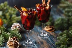 Weihnachtsheißer Glühwein in einem Glas mit Gewürzen, Zitrusfrucht und Moosbeere Festlicher und Parteinachtisch stockfotografie