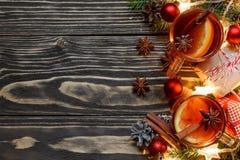 Weihnachtsheißer Glühwein mit Zimt-, Anis- und Tannenbaumasten mit Geschenkboxen und Blitzen Lizenzfreies Stockfoto