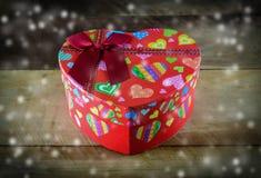 Weihnachtsherzgeschenkbox auf hölzernem Stockfotos