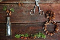 Weihnachtshintergrund auf alten hölzernen Brettern mit dekorativem Element in Form einer Tabelle acht, antike Scheren, antike Fla Stockfoto
