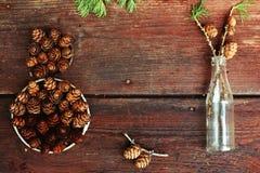 Weihnachtshintergrund auf alten hölzernen Brettern mit dekorativem Element in Form einer Tabelle acht, der antiken Flasche und de Stockbild