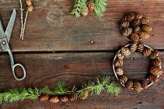 Weihnachtshintergrund auf alten hölzernen Brettern mit dekorativem Element in Form einer Tabelle acht, der antiken Scheren und de Stockbild