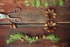 Weihnachtshintergrund auf alten hölzernen Brettern mit dekorativem Element in Form einer Tabelle acht, der antiken Scheren und de Lizenzfreie Stockfotos