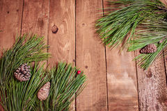 Weihnachtshintergrund auf alten roten berrys und Fichte des hölzernen Brettes Stockfotos