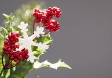 Weihnachtshintergrund auf grauem Hintergrund stockbild