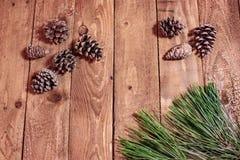 Weihnachtshintergrund auf roten berrys und Fichte des Weinleseholztischs Stockfoto